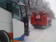На Хмельниччині автобус з 32-ма пасажирами не міг вибратися зі снігового замету - фото