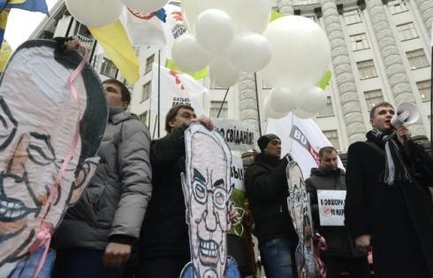 Опозиція провела мітинг під Кабміном на підтримку відставки уряду Азарова - фото