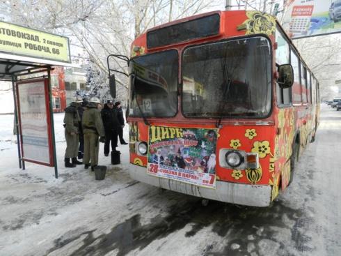 У Херсоні горів тролейбус з пасажирами [відео] - фото