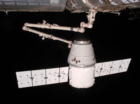 Dragon успішно пристикувався до МКС - фото