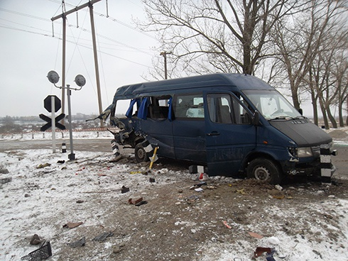 Потяг збив мікроавтобус з людьми - фото