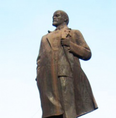 У Єнакієве облили фарбою пам'ятник Леніну - фото