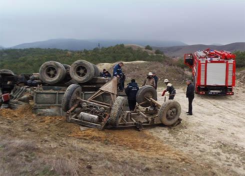 У Феодосії перекинувся КамАз, водій загинув [фото] - фото