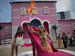 Оголена активістка FEMEN перед дітьми спалила ляльку на хресті
