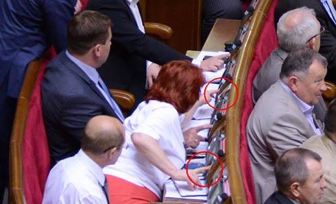 Опозиціонерів застукали за кнопкодавством - фото