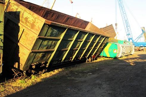 У Миколаєві зійшов з рейок локомотив, зіткнувшись з вагонами на сусідній колії - фото