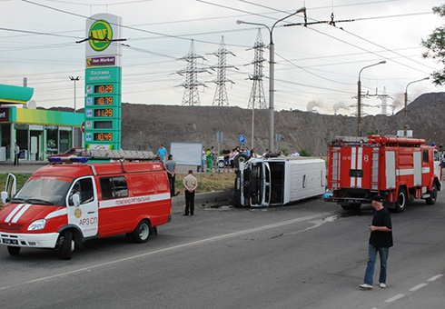 У Запоріжжі перекинулася маршрутка, 1 людина загинула [фото] - фото
