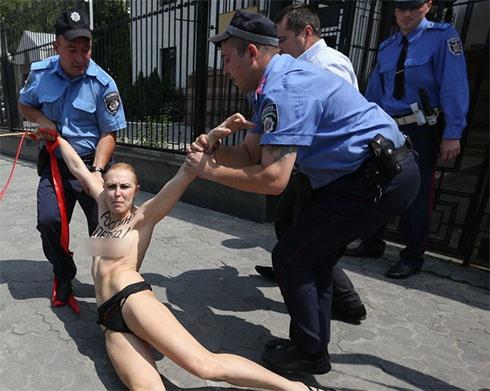 Активістка FEMEN показала голі груди перед посольством Росії - фото