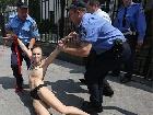 Активістка FEMEN показала голі груди перед посольством Росії