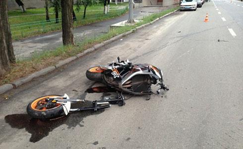 У Києві на мотоциклі розбилися двоє молодих людей - фото