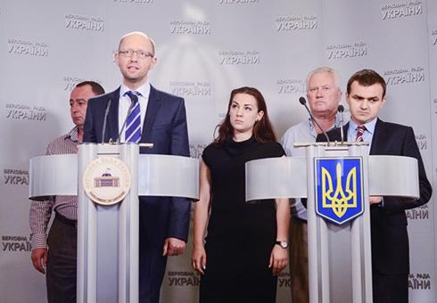 Яценюк: влада чинить тиск на депутатів «Батьківщини» через їхніх родичів - фото