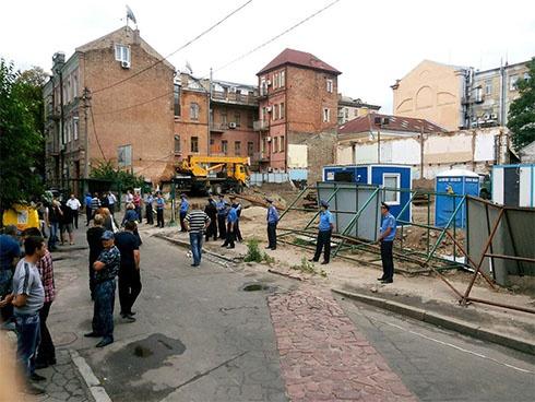 Активісти захопили територію будівництва у Десятинному провулку - фото