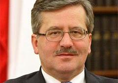 Об плече президента Польщі роздушили яйце - фото