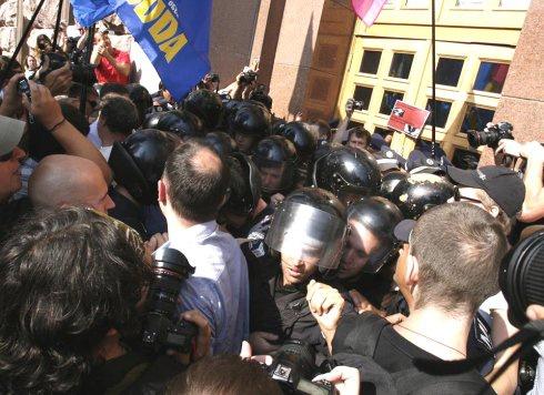 Опозиційні депутати з активістами штурмували Київраду - фото