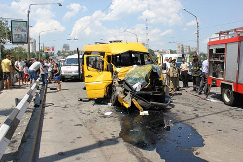 У Запоріжжі маршрутка врізалася в тролейбус, є постраждалі - фото