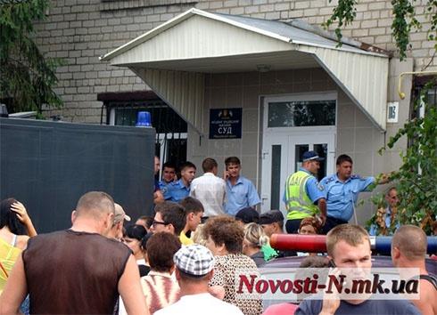 Жителі Врадієвки на Миколаївщині вимагають покарати ґвалтівників-міліціонерів - фото
