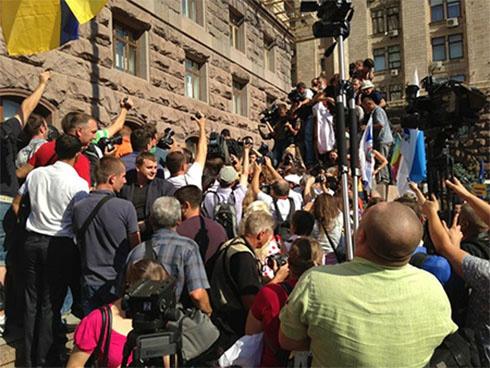 Депутати пробилися до Київради - фото