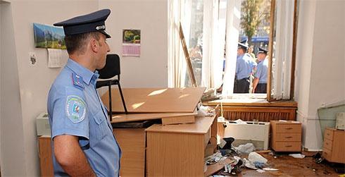 Міліція взялася за майно, пошкоджене під час «штурму» Київради - фото
