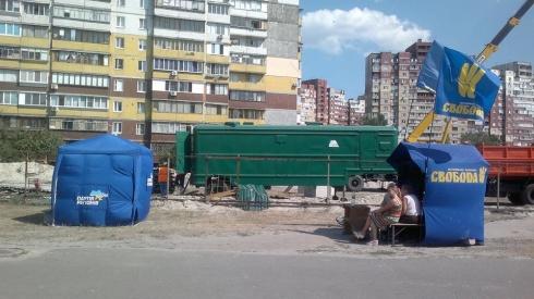 На Маяковського, 4 регіонали «прилаштувалися» біля свободівців - фото