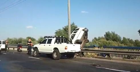 На Московському мосту машина ледь не вилетіла у Дніпро - фото