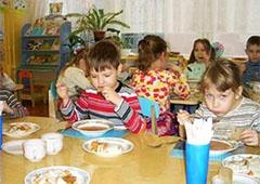 Посадовці Святошинського району нажилися на харчуванні дітей - фото