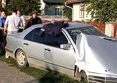 П'яний міліціонер на Мерседесі врізався в електроопору - фото