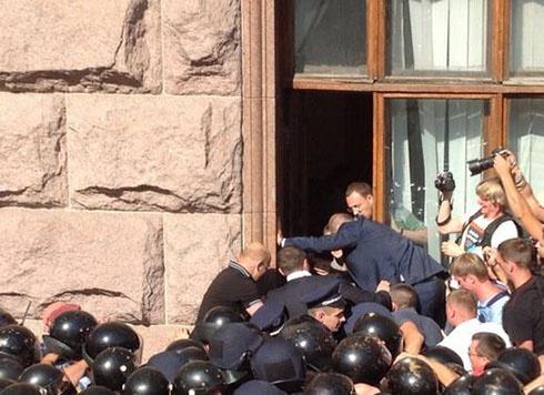 Триває мітинг під Київрадою - фото