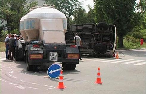 У Сєверодонецьку перевернувся автобус з людьми після зіткнення з вантажівкою - фото