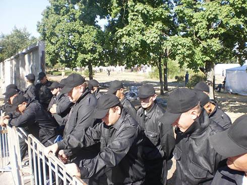У сквері на столичній вулиці Серафімовича протистояння забудовників і активістів - фото