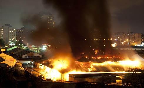 У столиці горів ринок біля метро «Героїв Дніпра» - фото