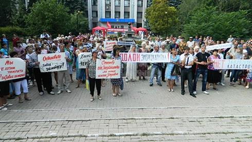 В Макіївці мітингувальники побилися з охороною неекологічного заводу - фото