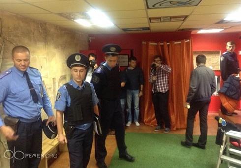 В офісі Femen міліція знайшла пістолет і гранату - фото