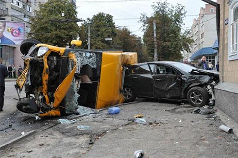 У Сумах легковик зіткнувся з маршруткою, є загиблі - фото