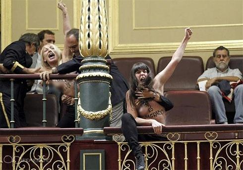 Активістки FEMEN показали голі груди в іспанському парламенті - фото