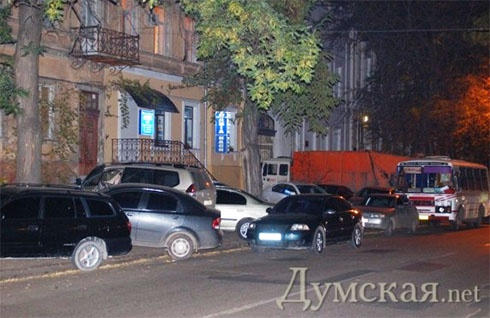 Будівлю міліції, в якій знаходиться Марков, блокує сміттєвоз його ж фірми - фото