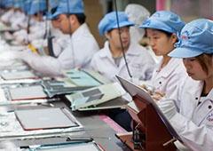 Китайських студентів змусили безоплатно збирати PlayStation 4 на заводі Foxconn - фото