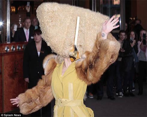 Леді Гага у Берліні шокувала людей своїм костюмом - фото
