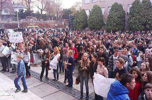Мер Ужгорода поскаржився до міліції на мітинг дітей, які вимагають канікул - фото