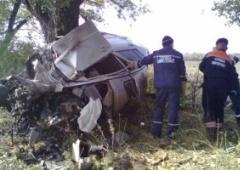 На Донеччині машину розім'яло об дерево – загинули четверо - фото