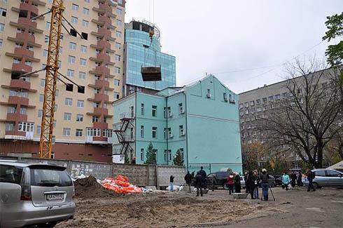 На вул. Жилянській забудовник продовжує будівництво - фото