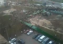 На вул. Зої Гайдай зносять будівельний паркан - фото