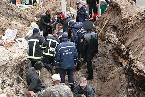 У Тернополі чоловіка засипало землею - фото