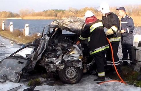 Автомобіль зіткнувся з вантажівкою та згорів разом з водієм - фото