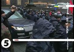 «Беркут» розштовхував мітингувальників від Кабміну, аби проїхала недешева службова машина - фото