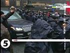 «Беркут» розштовхував мітингувальників від Кабміну, аби проїхала недешева службова машина