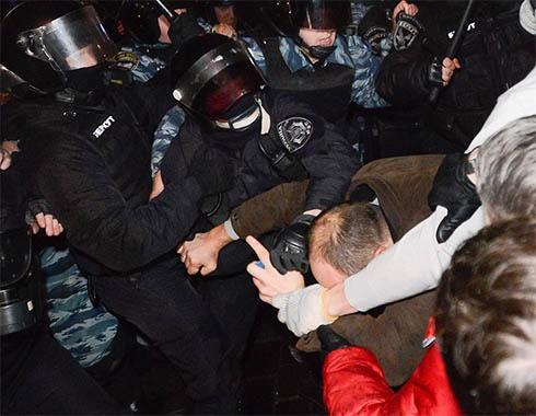 Беркут вночі жорстоко атакував київський Євромайдан - фото