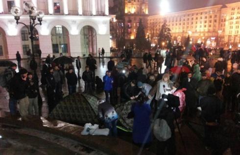 На Майдані Незалежності у Києві встановили кілька наметів, але простояли вони недовго - фото