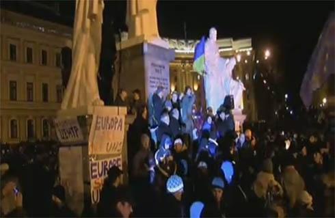 На Михайлівській площі люди вигукують «Зека – геть!» - фото