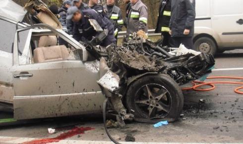 На Мінському проспекті внаслідок зіткнення Мерседесу з вантажівкою загинули двоє - фото