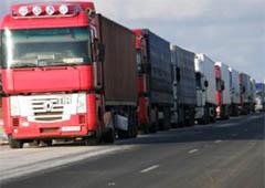 Рятувальники обігрівають водіїв вантажівок, що скупчилися на кордоні з Росією - фото